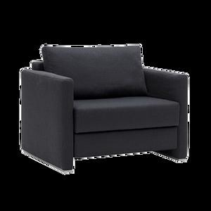 Der Schlafsessel LOOP von FRANZ FERTIG, der durch seinintelligentes Verwandeln ein komfortables Sitzen und Schlafen auf Sitzhöhe bietet und wahlweise mit drei verschiedenen Armlehnentypen ausgestattet ist, bietet damit eine Alleinstellung:feste und klappbare Armlehnen.