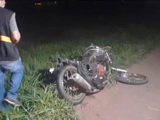 Caminhão atinge motocicletas e 2 jovens morrem