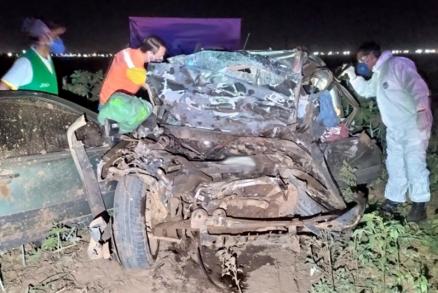 Urgente grave acidente entre Fiat Strada e carreta deixa três mortos