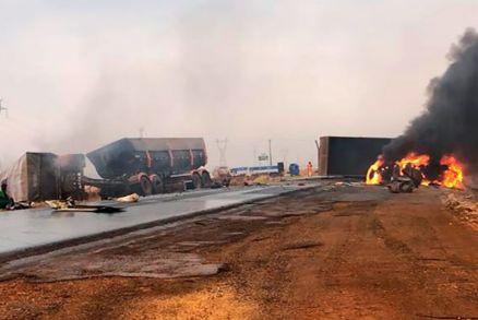 Urgente: Carretas pegam fogo após colisão no interior; dois ficam feridos