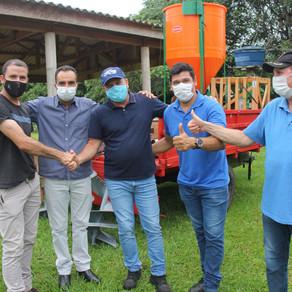 Cirone Deiró entrega equipamentos para agricultores de São Felipe do Oeste