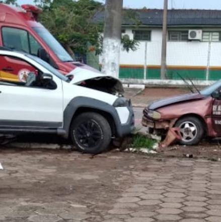 Homem é socorrido em estado grave após colisão entre carros