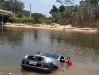 Motorista descuida e caminhonete cai em rio