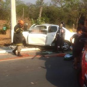 Motorista fica gravemente ferido após colidir com poste