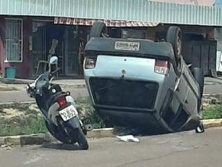 Carro se envolve em colisão com moto e tomba
