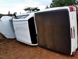 Bandidos roubam caminhonete de pastor em chácara, fogem, perdem o controle e capotam