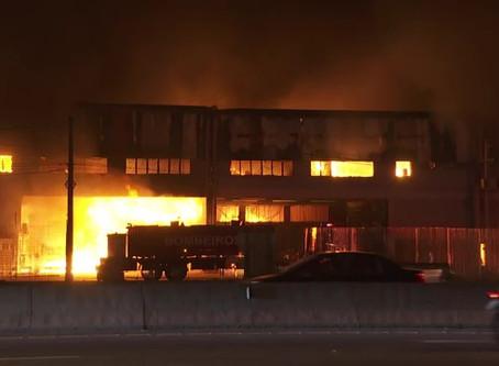Urgente incêndio de grandes proporções destrói galpão