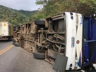Ônibus tomba no Ceará e deixa ao menos quatro mortos e 30 feridos