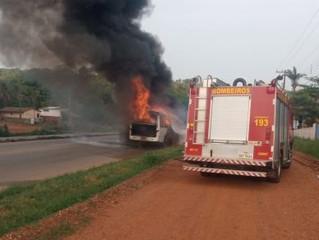 Lamentável: Van pega fogo na BR-364 e fica completamente destruída; vídeo