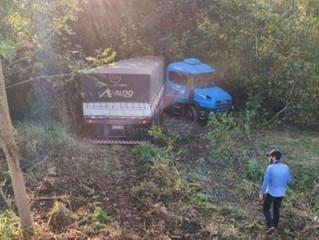 Capivara causa acidente entre veículos e carreta sai da pista