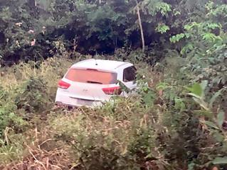 Urgente: Bandidos fogem da PM e abandonam carro roubado