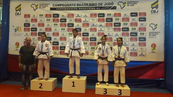 Amanda no lugar mais alto do Pódio do Campeonato Brasileiro Regional de Judô - DF