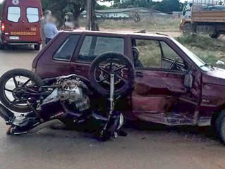 Jovens ficam feridos em grave colisão entre moto e carro