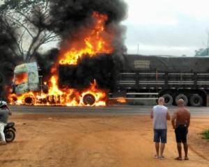 Carreta pega fogo no Anel Viário em Ji-Paraná