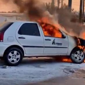 Carro pega fogo e fica destruído na Avenida dos Trabalhadores