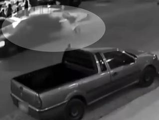 VÍDEO: Mãe é atropelada e tem bebê que levava no colo arremessada em rua