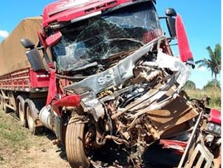 """Carreta tem cabine destruída em acidente na BR-364, próximo ao """"Duas Placas"""""""
