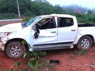 Motorista é socorrido em estado grave após capotar caminhonete