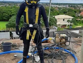 Em Rolim de Moura, reservatórios de água recebem manutenções por equipe de mergulhadores