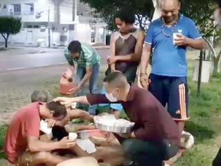 Evangélicos alimentam, entregam cobertores e oram por moradores