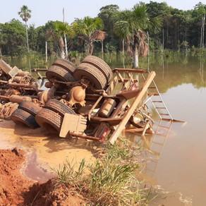 Urgente: caminhão tomba em área alagada e motorista quebra vidro e consegue se salvar