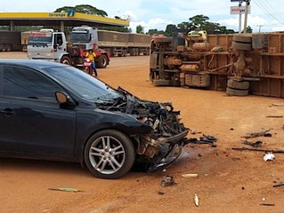 Caminhão tomba e carro fica com frente destruída em colisão