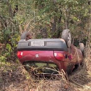 Homem é encontrado morto em carro que capotou em Chapada