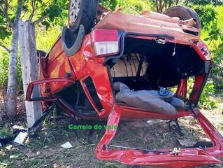 PRESO NAS FERRAGENS: Motorista perde o controle do volante e veículo capota