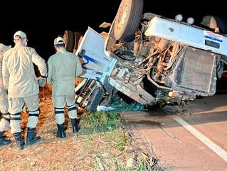 Urgente: Carreta tomba e motorista morre preso às ferragens