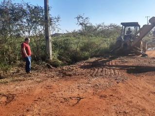 Vereador Rafael de Paula acompanha execução de limpeza para realização de drenagem na rua Pará no en
