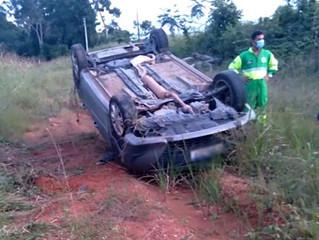 Carro capota sai de rodovia no Nortão e condutor escapa ileso