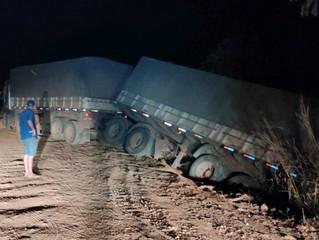 Vagão de carreta sai da pista e rodovia é interditada