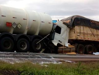 Engavetamento entre carretas na BR-163 em Nova Mutum sem duplicação provocou 12 horas de interdição