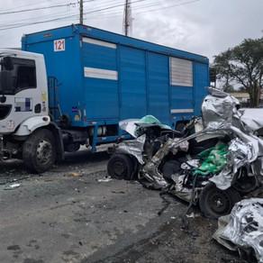Grave acidente entre carro e caminhão é registrado no bairro Próspera; uma pessoa morreu