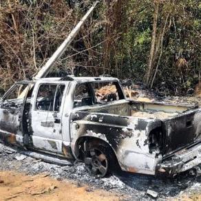 Caminhonete é destruída pelo fogo após atingir poste