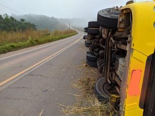 Motorista morre após carreta tombar