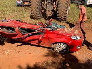 Casal desce do carro para buscar filha minutos antes de carreta tombar e esmagar veículo em Alexânia