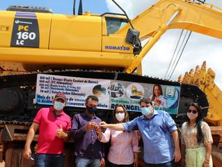 Rosangela Donadon faz entrega de escavadeira hidráulica para Primavera de Rondônia
