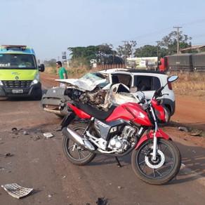 Dois ficam feridos em acidente entre carro, moto e carreta
