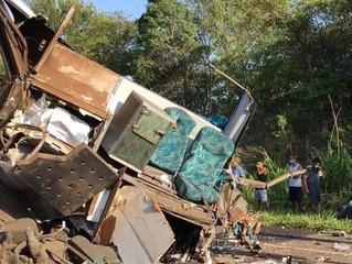 Acidente entre ônibus e caminhão deixa mortos e feridos