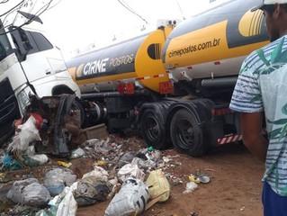Urgente : Carreta carregada de combustível bate em carro, derruba poste e atinge muro