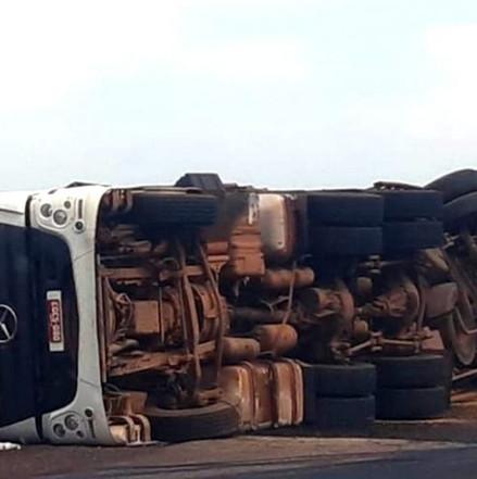 Urgente:Carreta tomba, bombeiros  fazem resgate mas motorista não resiste e morre