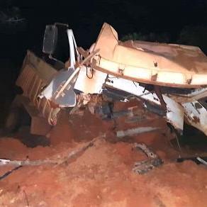 Urgente: Terra em carga invade cabine de caminhão e esmaga homem
