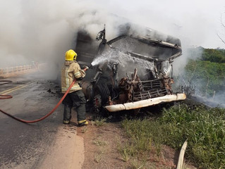 Caminhão pega fogo na BR-364 e trecho da rodovia é interditado em RO
