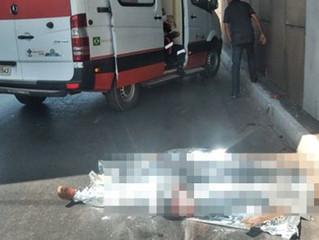 Motociclista tem cabeça esmagada por caminhão