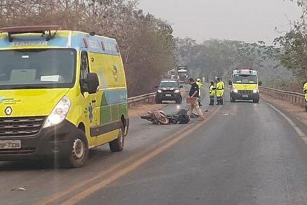 Motociclista morre após ser atropelado por caminhão
