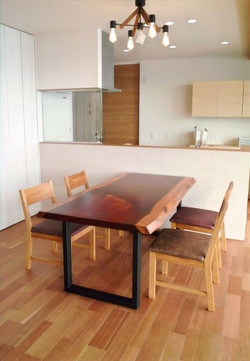 パドックのテーブル&KAKUチェアー