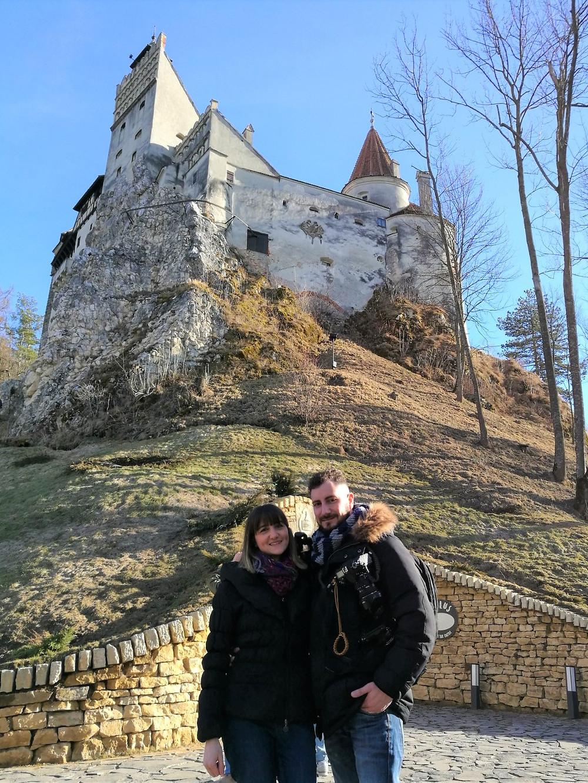 Eccoci che posiamo davanti al Castello di Bran, che devo dirvelo è bellissimo.