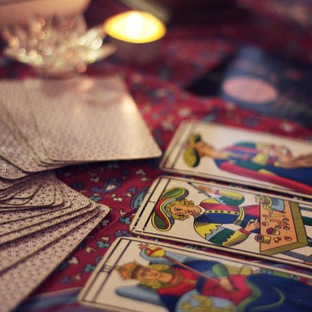 Cartomancie : quelle est la différence entre un jeu de Tarot et un Oracle ?