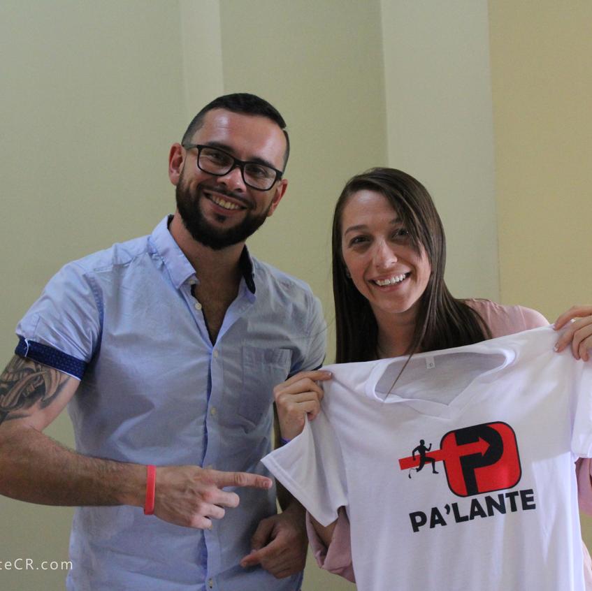 Gente feliz con las camisas PaLante